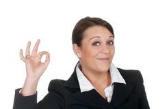 Mulher de negócios que mostra o sinal aprovado Fotografia de Stock