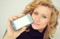 Mulher de negócios que mostra o telefone celular Imagens de Stock