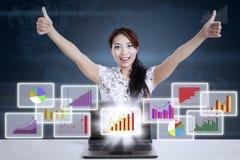 Mulher de negócios que mostra a positividade Imagem de Stock Royalty Free
