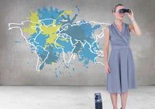 A mulher de negócios que olha através dos binóculos com o mapa colorido com pintura chapinhou o fundo da parede Foto de Stock Royalty Free