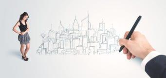 Mulher de negócios que olha a cidade tirada à mão na parede Foto de Stock Royalty Free