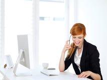 Mulher de negócios que olha em papéis Imagem de Stock Royalty Free