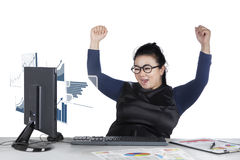 Mulher de negócios que olha a estatística financeira Foto de Stock Royalty Free