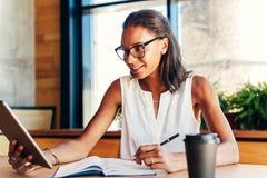 Mulher de negócios que olha na tabuleta digital imagens de stock