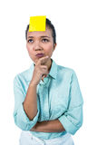 Mulher de negócios que olha o signe em sua testa Fotos de Stock