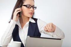 Mulher de negócios que olha o telefone móvel Imagem de Stock
