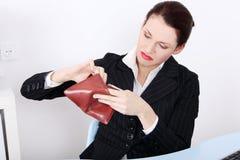 Mulher de negócios que olha seu bolso vazio. Fotos de Stock