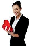Mulher de negócios que olha seu presente do Valentim Imagens de Stock