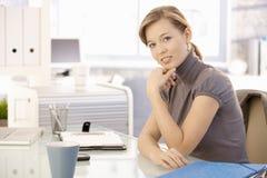 Mulher de negócios que pensa na mesa foto de stock royalty free