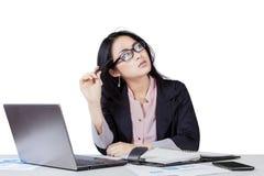 Mulher de negócios que pensa seus sonhos Fotografia de Stock