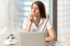 Mulher de negócios que pensa sobre a pergunta difícil imagem de stock
