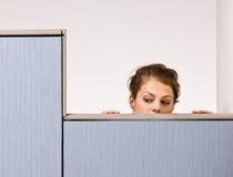 Mulher de negócios que perscruta sobre a parede do compartimento Foto de Stock Royalty Free