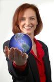 Mulher de negócios que prende a terra Fotografia de Stock