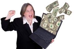 Mulher de negócios que prende um portátil Imagens de Stock Royalty Free