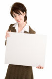 Mulher de negócios que prende um sinal branco em branco Foto de Stock
