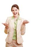 Mulher de negócios que prende uma leitura imagens de stock