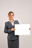 Mulher de negócios que prende uma página em branco Imagens de Stock