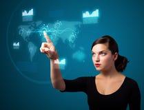 Mulher de negócios que pressiona a elevação - tipo da tecnologia de botões modernos Fotos de Stock