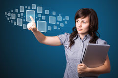 Mulher de negócios que pressiona a elevação - tipo da tecnologia de botões modernos Foto de Stock