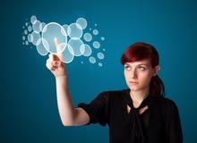 Mulher de negócios que pressiona a elevação - tipo da tecnologia de botões modernos Fotos de Stock Royalty Free