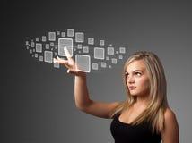 Mulher de negócios que pressiona a elevação - tipo da tecnologia de botões modernos Fotografia de Stock Royalty Free