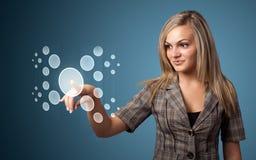 Mulher de negócios que pressiona a elevação - tipo da tecnologia de botões modernos Imagens de Stock Royalty Free
