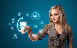 Mulher de negócios que pressiona a mensagem virtual Fotografia de Stock