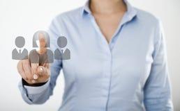 Mulher de negócios que pressiona no tela táctil digital Imagens de Stock