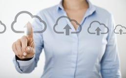 Mulher de negócios que pressiona o ícone da nuvem no tela táctil digital Fotos de Stock