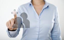 Mulher de negócios que pressiona o botão no tela táctil digital Fotografia de Stock
