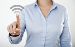 Mulher de negócios que pressiona o botão no tela táctil digital Fotos de Stock
