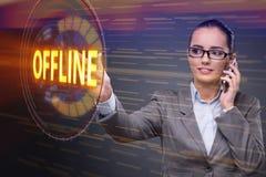 A mulher de negócios que pressiona o botão virtual off line imagem de stock royalty free