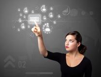 Mulher de negócios que pressiona o tipo moderno do negócio de botões Fotos de Stock