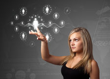 Mulher de negócios que pressiona o tipo social moderno de ícones Fotografia de Stock Royalty Free