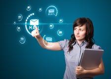 Mulher de negócios que pressiona o tipo virtual da mensagem de ícones Fotos de Stock Royalty Free