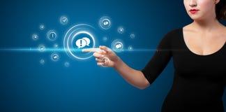 Mulher de negócios que pressiona o tipo virtual da mensagem de ícones Imagem de Stock