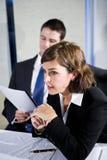 Mulher de negócios que presta atenção na reunião da sala de reuniões imagem de stock royalty free