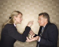 Mulher de negócios que Reprimanding o homem de negócios Fotos de Stock Royalty Free