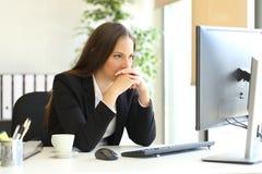 Mulher de negócios que resolve uma atribuição difícil fotografia de stock royalty free