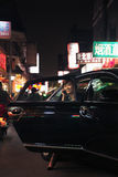 Mulher de negócios que retira o carro quando no telefone, Pequim na noite imagens de stock royalty free