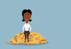 Mulher de negócios que senta-se no montão de barras de ouro Foto de Stock