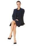 Mulher de negócios que senta-se no quadro de avisos em branco Imagens de Stock