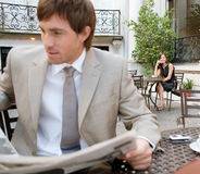 Papel da leitura do homem de negócio. imagem de stock