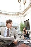 Papel da leitura do homem de negócio. imagens de stock royalty free