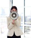 Mulher de negócios que shouting através do megafone foto de stock royalty free