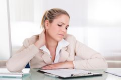Mulher de negócios que sofre da dor de pescoço Imagens de Stock Royalty Free
