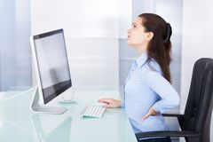 Mulher de negócios que sofre da dor nas costas fotos de stock royalty free