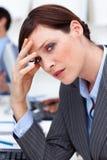 Mulher de negócios que sofre de uma dor de cabeça foto de stock