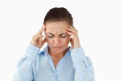 Mulher de negócios que sofre de uma dor de cabeça fotografia de stock royalty free