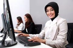 Mulher de negócios que sorri ao trabalhar no escritório foto de stock royalty free